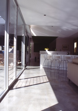 Fullagar Residence 15_winter sun on concrete floor_Stephen Varady Photo ©