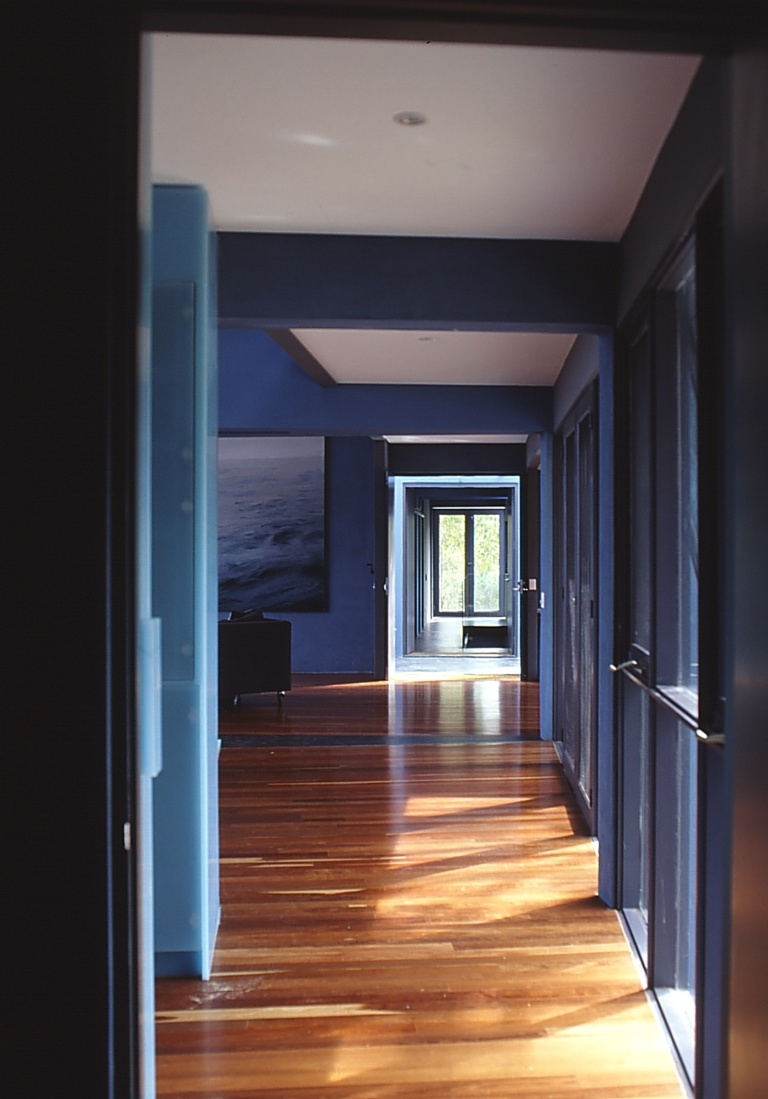 Larson Kelly Residence 37_corridor main wing_Stephen Varady Photo ©