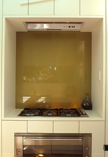 McCarthy Residence 10_kitchen_recessed cooktop + gold splashback_Stephen Varady Photo ©