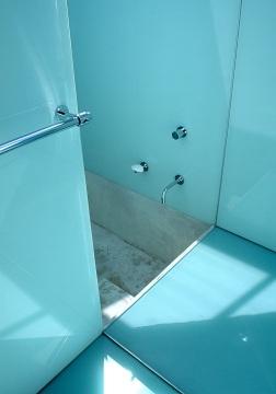 McCarthy Residence 14_children's bathroom_shower + sunken concrete bath_Stephen Varady Photo ©