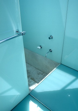 McCarthy Residence 14_children's bathroom_shower + sunken concrete bath_Stephen Varady Photo ©
