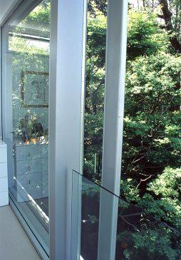 McCarthy Residence 24_sliding door + balustrade detail_open_Stephen Varady Photo ©