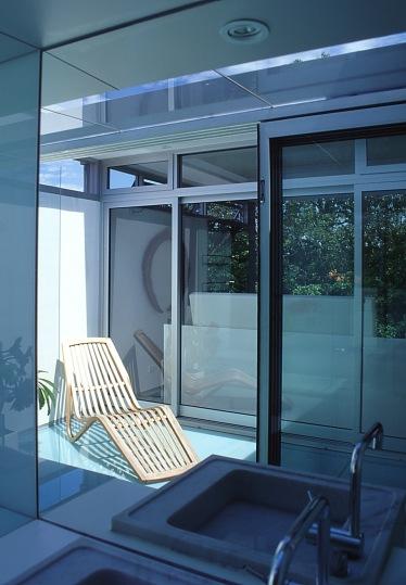 McCarthy Residence 29_en-suite_view in vanity mirror_Stephen Varady Photo ©