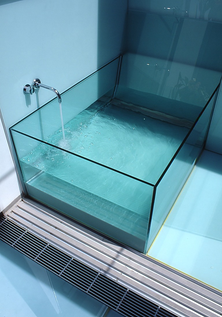 McCarthy Residence 33_en-suite_glass bath detail_Stephen Varady Photo ©