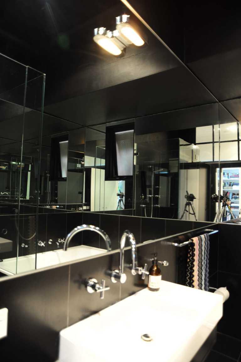 Hynes Apartment 16_black bathroom 2_Stephen Varady Photo ©
