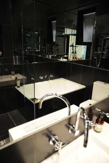 Hynes Apartment 17_black bathroom 3_Stephen Varady Photo ©