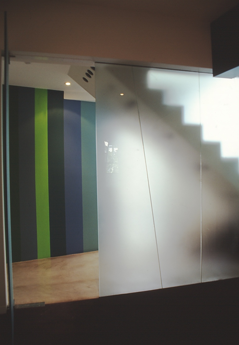 Pace McEwin Residence 10_translucent glass wall to stairwell_Stephen Varady Photo ©